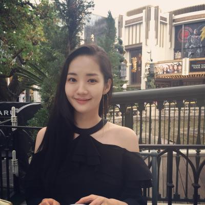 Trên phim là cô thư ký sành điệu nhất màn ảnh Hàn, nhưng ngoài đời style của Park Min Young lại giản dị và gần gũi vô cùng